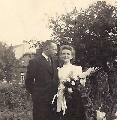 Nach dem Krieg sendeten die Gefangenen, die Herr Pirchner mit höchstem Respekt und Menschlichkeit behandelt hat, Hochzeitsfotos und andere Glückwunschkarten zu Ihm nach Hause. Hier sieht man Herrn Arman Deltrene mit Frau.