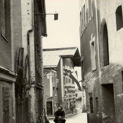 Achenseestraße in den 1960er Jahren. Jenbacher Ortschronistin für das Foto.