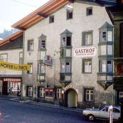 Es ist Wahlkampf im alten Jenbach. Hier wirbt Wallnöfer um die Stimme der Wähler. Das Bild stammt aus den späten 70er