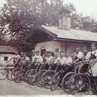 Schulausflug 4.Klasse Hauptschule Jenbach 1940 2 Tage mit dem Rad um das Kaisergebirge. Vielen Dank an Johann Prantl und Marina für das Foto.