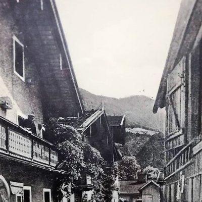 Postgasse mit Schusterei Ortner, Farbengeschäft Kirchmair, Hafnerei Läugner und Bäckerei Fastner.  Foto stammt aus dem Jahr 1890.