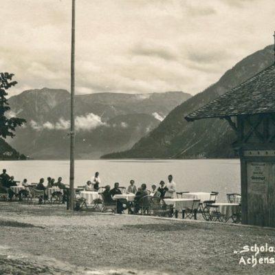 Der Gastgarten vom Hotel Scholastika am Achensee im Jahr 1928.