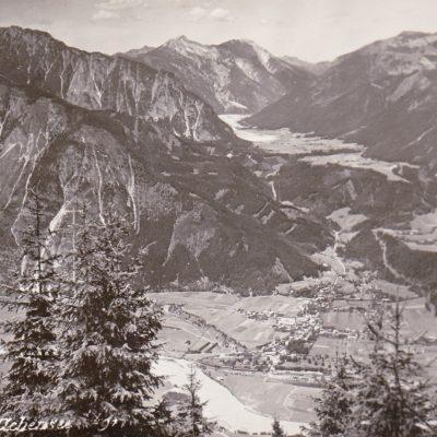 Herr Erler hat uns ein neues Foto zugesendet. Es zeigt Jenbach im Jahr 1935. Es existiert noch keine Südtiroler-Siedlung. Die Kanzelkehre fehlt natürlich ebenfalls. Das Bäuerliche Maurach ohne Hotel und Tourismus rundet dieses Foto ab. Vielen Dank dafür!