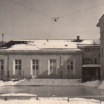 Der alte Eislaufplatz hinter der Volksschule im Jahr 1955.