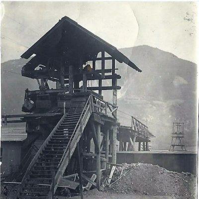 Seilbahnstation im Werksgelände mit Bahnüberführung.