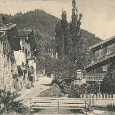 Dieses Bild stammt aus dem Jahr 1903. Es zeigt die Kasbachstraße in Jenbach.
