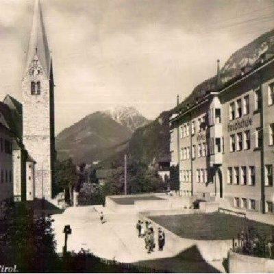 Volks und Hauptschule mit der Kirche im Jahr 1940.