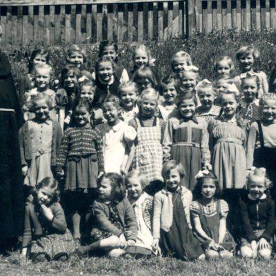 Das Foto mit Pfarrer Hundegger wurde 1957 aufgenommen. Vielen Dank für die Fotos Karl!