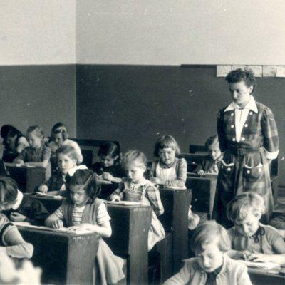Volksschule Jenbach. Das Bild ist aus dem Jahr 1954.