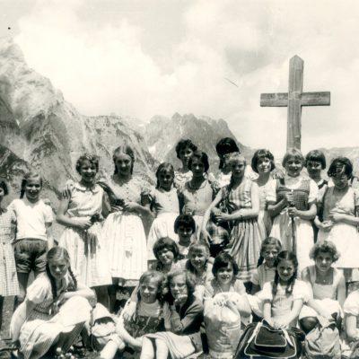 Damen aus Jenbach, die 1946/1947 geboren wurden. Das Foto wurde 1959 aufgenommen.