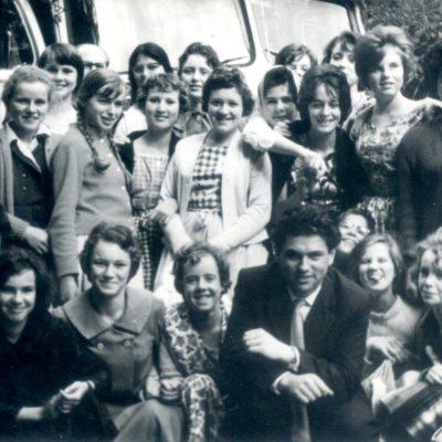 Damen aus Jenbach, die 1946/1947 geboren wurden. Das Foto wurde 1961 aufgenommen.