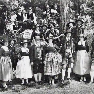 Der Trachtenverein Jenbach im Jahr 1935. Das Foto wurde im Bräupark aufgenommen.