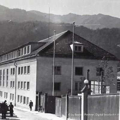 Gefolgschaftshaus mit altem Eingang.