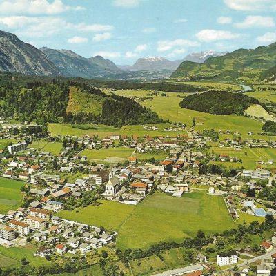 Luftaufnahme von Jenbach im Jahr 1965. Die zweite Hauptschule sowie die HTL sind noch nicht gebaut. Das Rofankino steht noch.