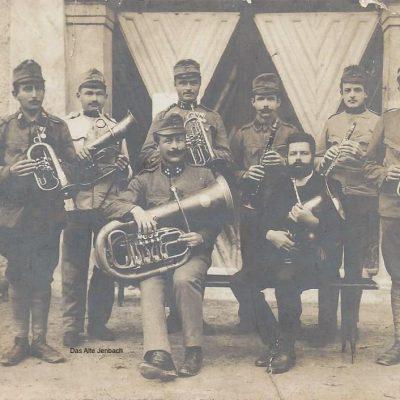Die noch übrig gebliebenen Musiker, der verschiedenen Jenbacher Musikvereine taten sich zusammen, der Rest Kämpfe an der Front.