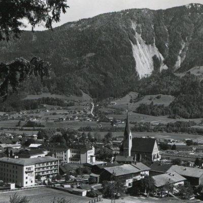 Ansicht auf Jenbach in den frühen 50er Jahren. Das alte Altersheim steht noch.