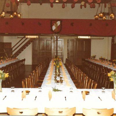 Herr Wolli Haberditz hat uns zwei Fotos zugesandt. Diese stammen aus dem Archiv der Freiwilligen Feuerwehr Jenbach. Diese zeigen den Saal des Gasthof Prinz Karl, aufgenommen im Jahr 1981 anlässlich des traditionellen Hirschessen der Freiwillige Feuerwehr Jenbach. Vielen Dank dafür!