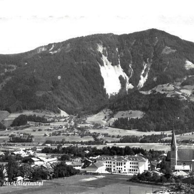 Freie Sicht auf die Volks und Hauptschule Jenbach im Jahr 1960.