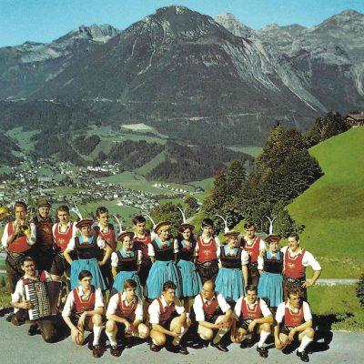 Der Trachtenverein Jenbach mit Blick auf Jenbach. Das Foto stammt von 1970.
