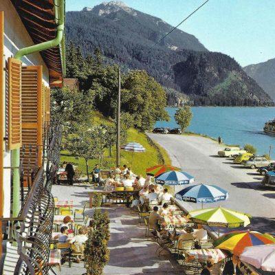 Das ehem. Hotel Scholastika am Achensee in den 70er Jahren. Man beachte den Mercedes Ponton und den Opel Autobus.