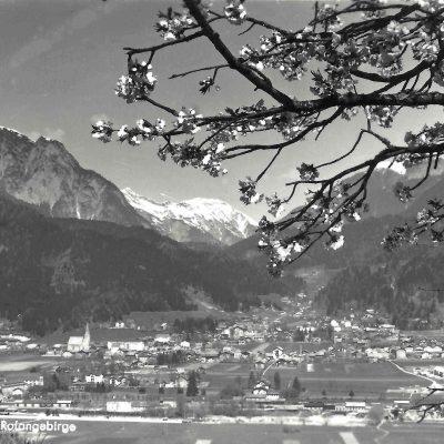 Ansicht auf Jenbach mit Rofangebirge. Aufnahme aus dem Jahr 1957.