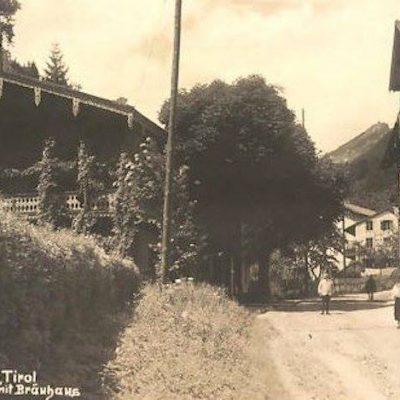 Achenseestraße mit Brauhaus um das Jahr 1939.