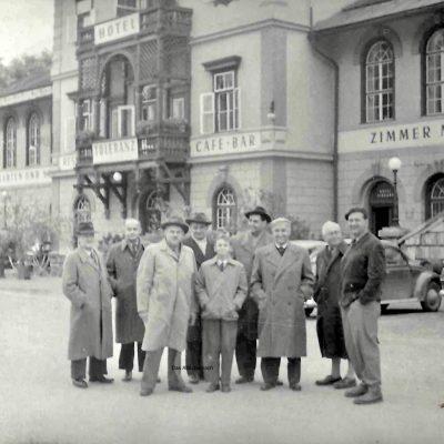 Gruppenfoto vor dem Hotel Toleranz im Jahr 1967.