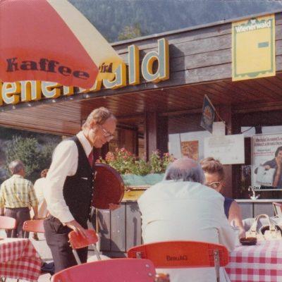 Der Gastgarten der Kanzelkehre im Jahr 1974. Der Chef bedient persönlich! Vielen Dank an Frau Silvia Hunschofsky für das tolle Foto!