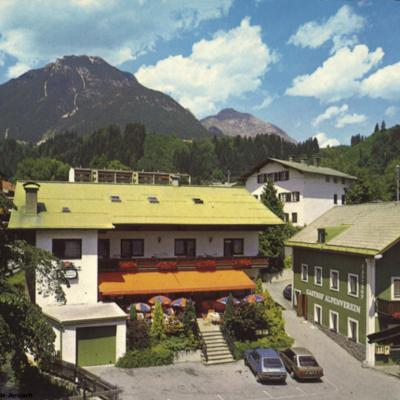 Der Gasthof Alpenverein (Jenbacherhof) in den 90er-Jahren. Geworben wurde mit einer gutbürgerlichen Küche und Komfortzimmer.
