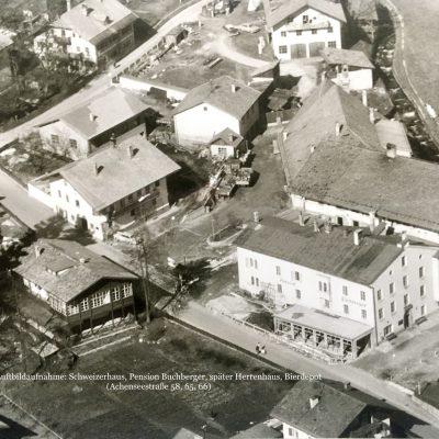 Die Achenseestraße aus der Luft. Wir sehen hier das Schweizerhaus, die Pension Buchberger (Später Herrenhaus) und das Bierdepot (Heute T&G). Leider ist das Datum der Aufnahme nicht bekannt.