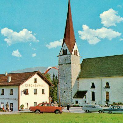 Der Kirchenwirt in Eben am Achensee. Das Bild wurde 1973 erstellt. Geworben wurde wie folgt: Zimmer mit Fliesswasser und einer Zentralheizung.