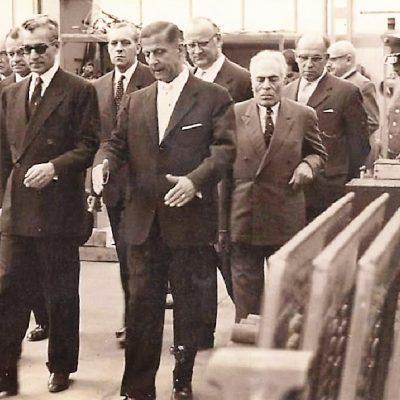 Der Schah von Persien mit Herbert von Pichler bei seinem Besuch der Jenbacher Werke.  Vielen Dank an Frau Michaela Mair für das Zusenden des Bildes.