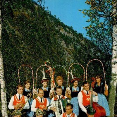 Der Trachtenverein Jenbach. Das Foto wurde vermutlich in den 70er Jahren aufgenommen.