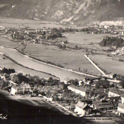 Blick von Rotholz auf Jenbach. Links unten fährt gerade die Zillertalbahn vorbei. Das Bild stammt aus dem Jahr 1950.