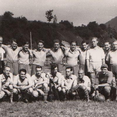Am 10 August 1952 fand das Freundschaftsspiel der Marktgemeinde Jenbach gegen die Freiwillige Feuerwehr Jenbach statt. Das Spiel endete 3:1 für die Gemeinde. Vielen Dank an den SK Jenbach für das Foto.