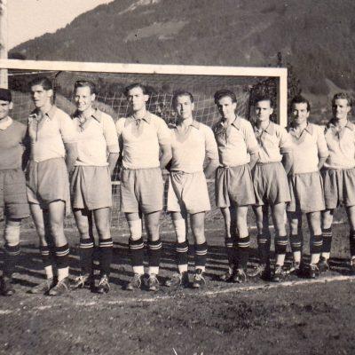 Dieses Foto zeigt unsere Mannschaft im Jahr 1952 mit Trainer Josef Graf (Austria-Wien). Die Mannschaft konnte in dieser Saison den 3 Platz in der Tiroler Landesliga belegen.