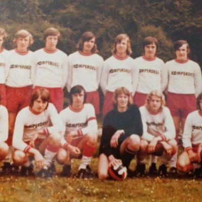 Die Jugendmannschaft der damaligen SVG Jenbach mit Trainer Josef Althaler im Jahr 1971. Vielen Dank an Helmut Troger für das tolle Foto.